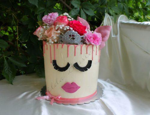 Drip cake principessa con fiori eduli