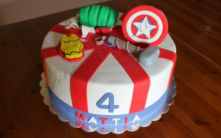 Torta Avengers in pasta di zucchero