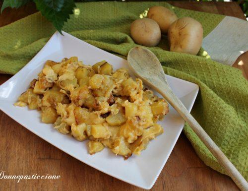 Uova strapazzate con patate e fontina filante