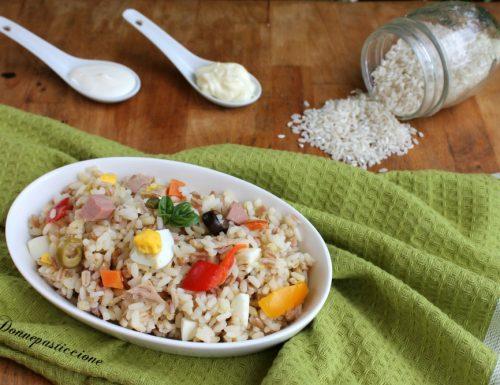 Insalata fredda di riso e cereali con salsa allo yogurt