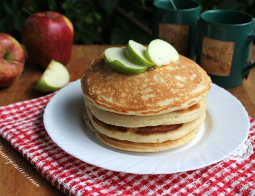 Pancakes soffici con pezzetti di mela
