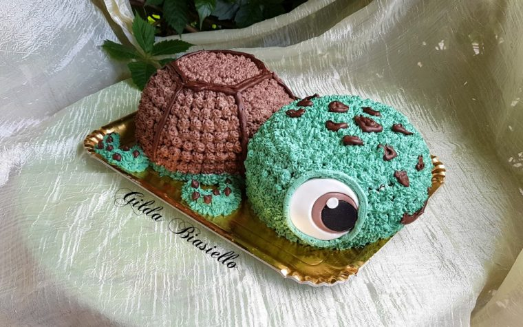 Torta tartaruga decorata con la panna