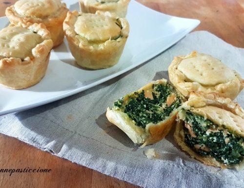 Tortini di pasta sfoglia con salmone fresco e spinaci