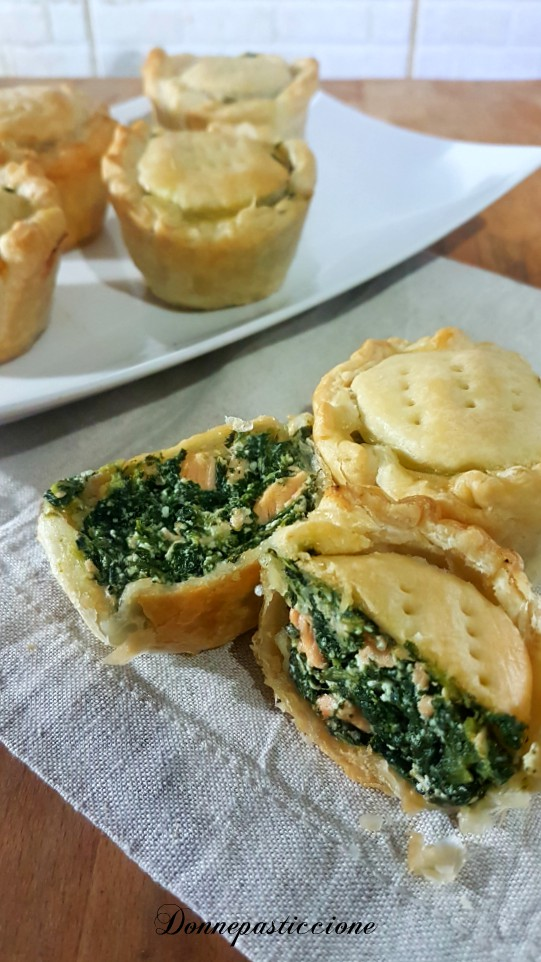 tortini di pasta sfoglia con salmone e spinaci