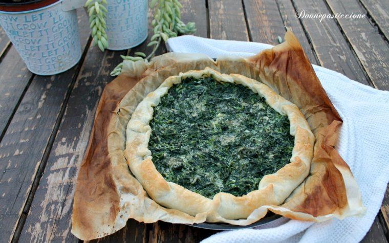Pizza rustica di pasta sfoglia con spinaci e panna