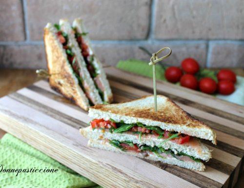 Sandwich al salmone affumicato, rucola e pomodorini