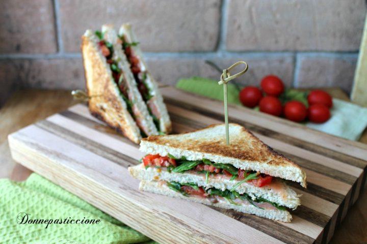 sandwich al salmone con rucola e pomodorini