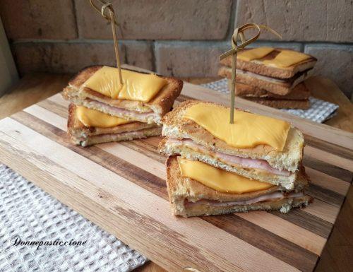 Toast in padella con uovo, prosciutto e formaggio