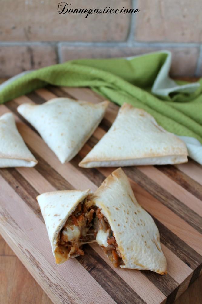 triangoli di tortillas ripieni di carne e verdura