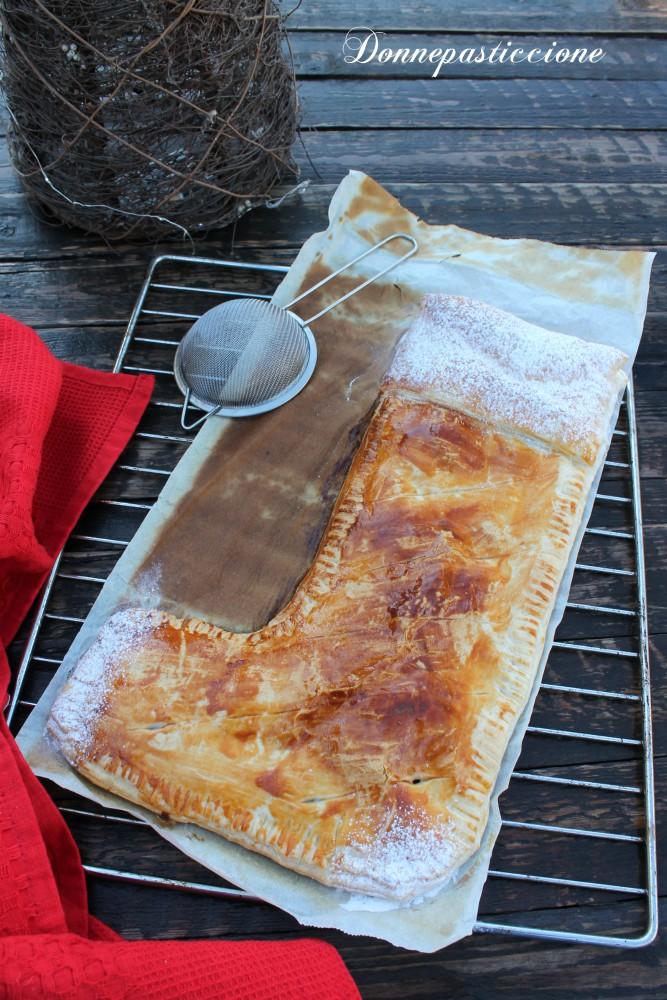 calza della Befana di pasta sfoglia, crema e cioccolato