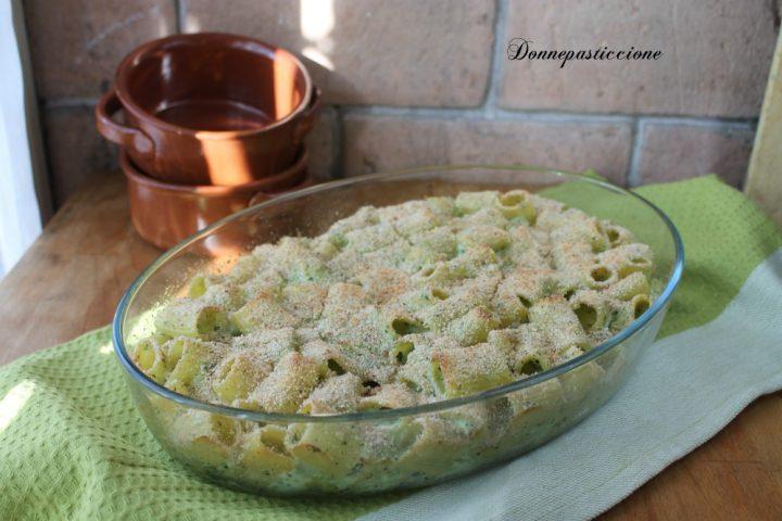 La pasta gratinata al forno con i broccoli è un primo piatto deliziosamente cremoso e invitante, con una crosticina in superficie super croccante.