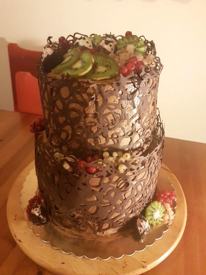 torta a due piani con pizzo al cioccolato decorazione e nel gusto.