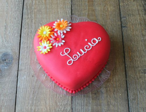 Torta a forma di cuore decorata in pasta di zucchero