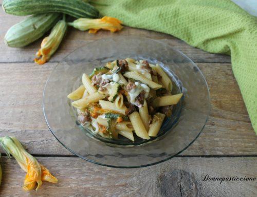 Pasta con fiori di zucca, salsiccia e mozzarella