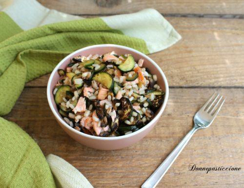 Riso e cereali con salmone fresco e zucchine