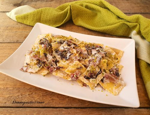 Ravioli alla carne con radicchio, speck e pistacchio