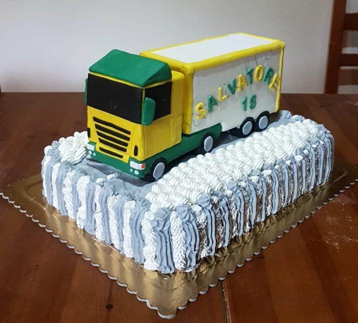 torta camion Scania in pasta di zucchero e panna