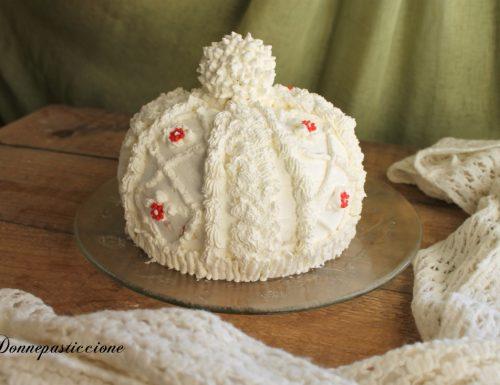 Torta a forma di cappello di lana in panna