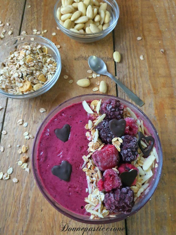 smoothie bowl ai frutti di bosco e yogurt