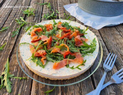 Cheesecake salata al salmone, rucola e pomodori secchi