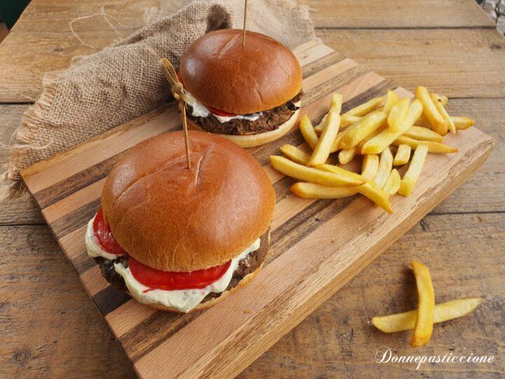 hamburger di melanzane e tonno con salsa al basilico