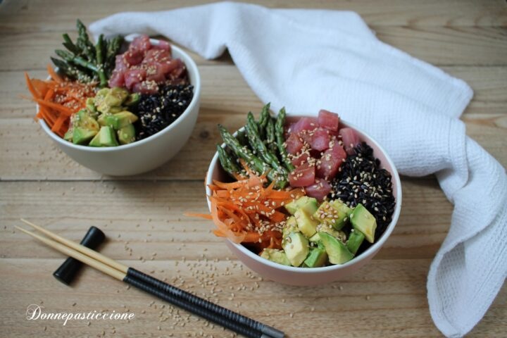 poke bowl con riso, tonno, avocado e asparagi