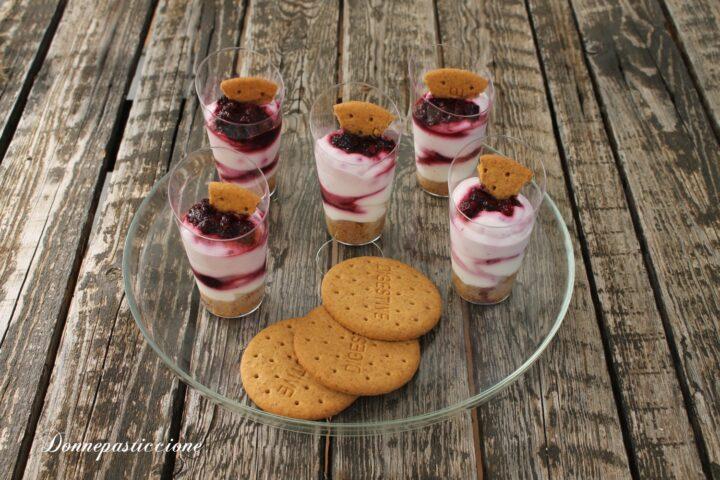 crema allo yogurt e frutti di bosco in bicchiere