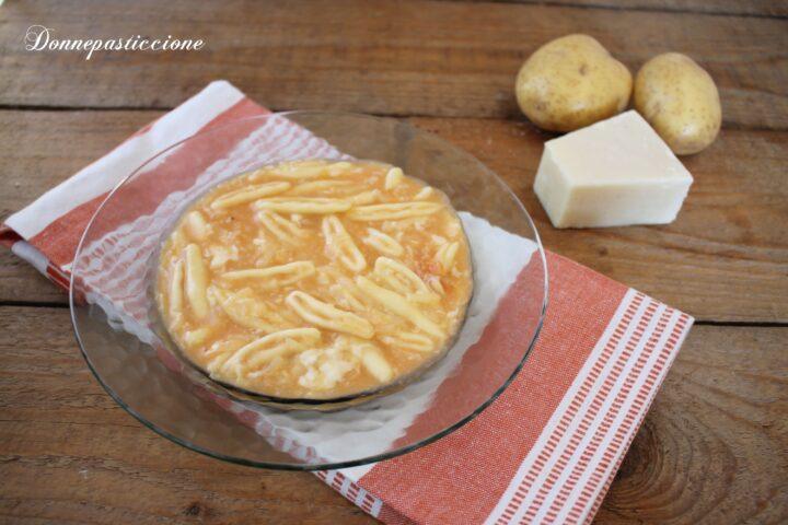 pasta e patate con formaggio filante