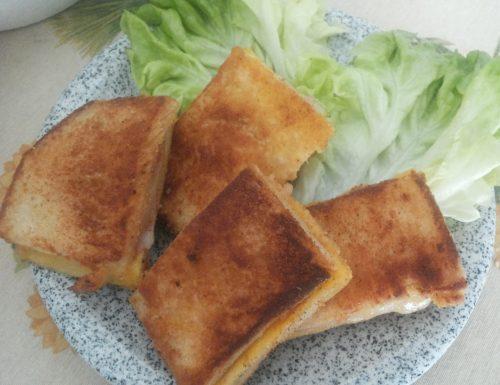 Panini fritti ripieni di prosciutto e formaggio