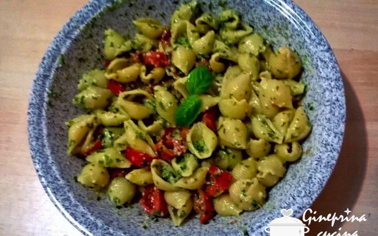 conchiglie rigate con pesto di rucola e pomodorini
