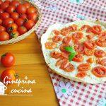 schiacciata con pomodorini e basilico