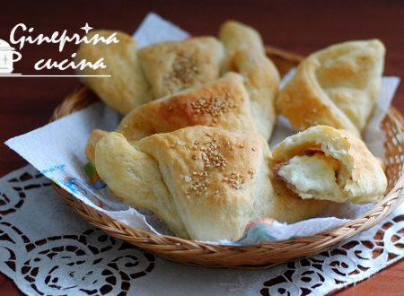 cornetti di pasta di patate ripieni di crudo e stracchino