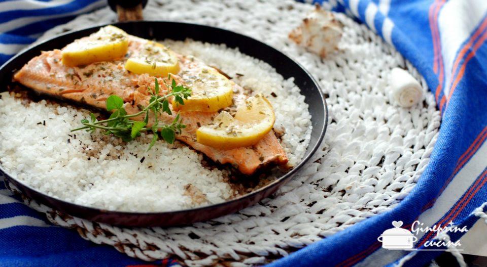 filetto di trota salmonata cotto in padella nel sale