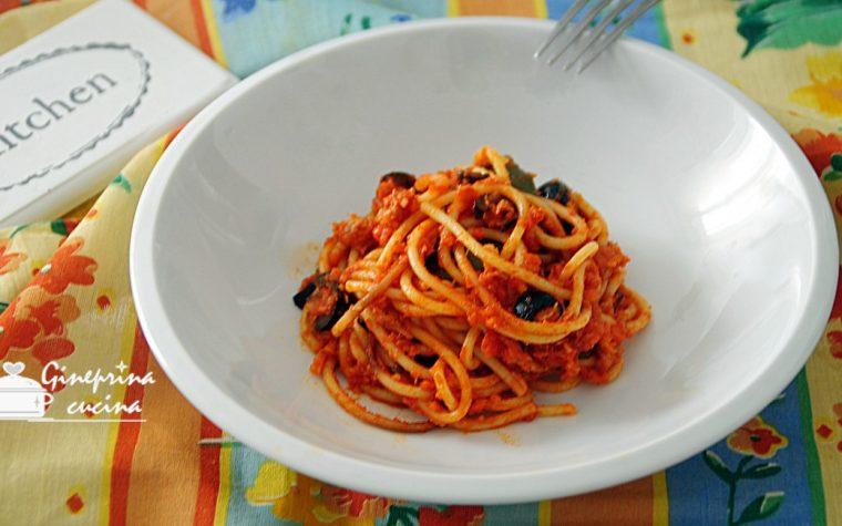 spaghetti al sugo di tonno con olive e capperi