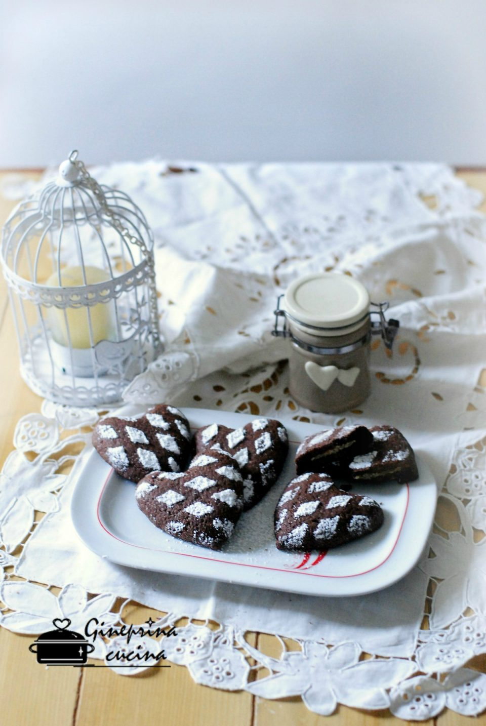 cuori di frolla al cacao con crema bianca