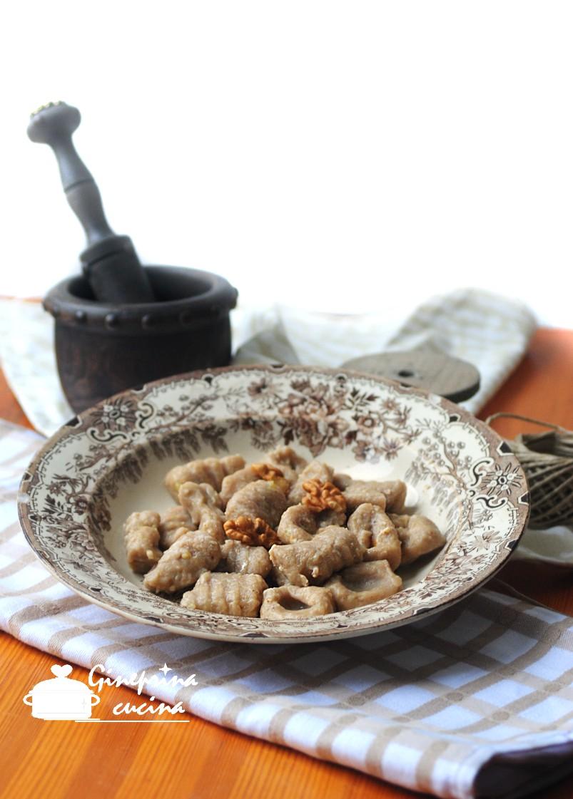 gnocchi con farina di castagne e salsina di noci