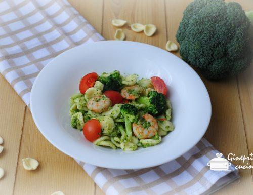 orecchiette con pesto di broccoli, gamberetti e pomodorini