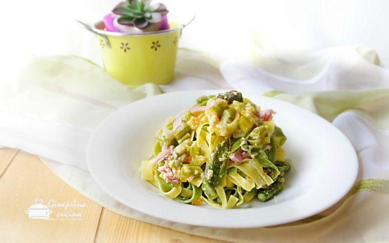 tagliatelle paglia e fieno con asparagi e prosciutto