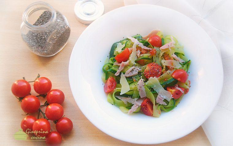 tagliatelle di zucchine con pomodorini e prosciutto