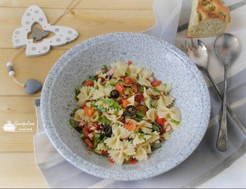 insalata di pasta fredda con prosciutto e pomodori