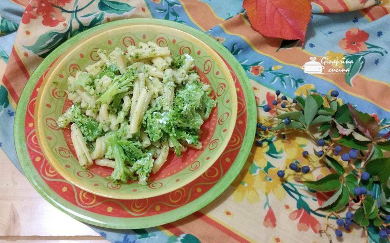 pasta e broccoli con formaggio spalmabile