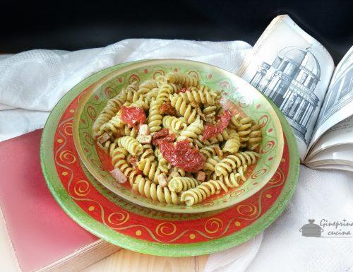 pasta al pesto di pistacchio con pomodorini secchi