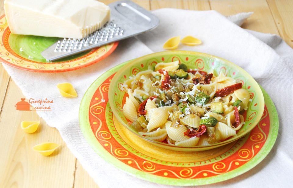conchiglie con zucchine, melanzane e pomodorini secchi
