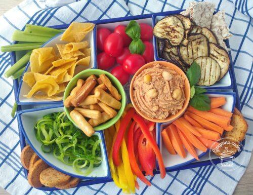 vegan snack con hummus ai pomodori secchi