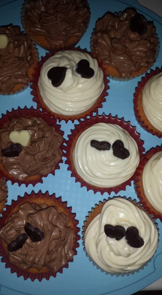 cup cake con frosting al cioccolato bianco e fondente