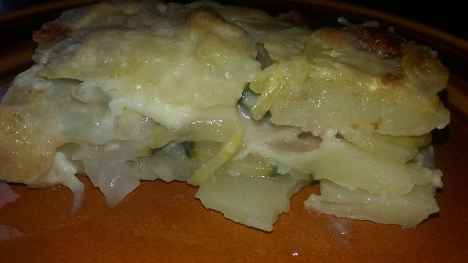 torta salata con patate, zucchine e cipolla