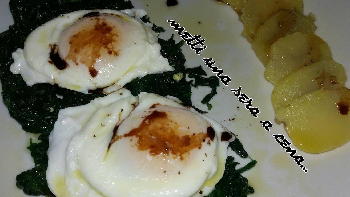 uova fritte all'acqua, con spinaci e patate