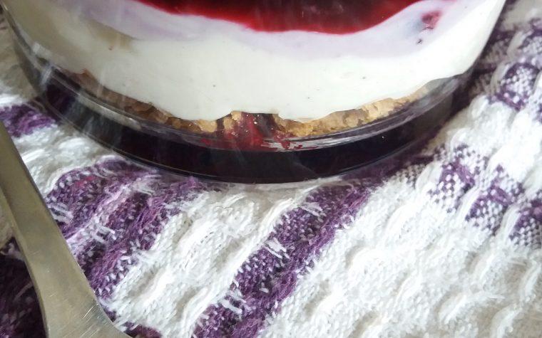 coppa golosa di ricotta e frutti di bosco, con crumble di cereali