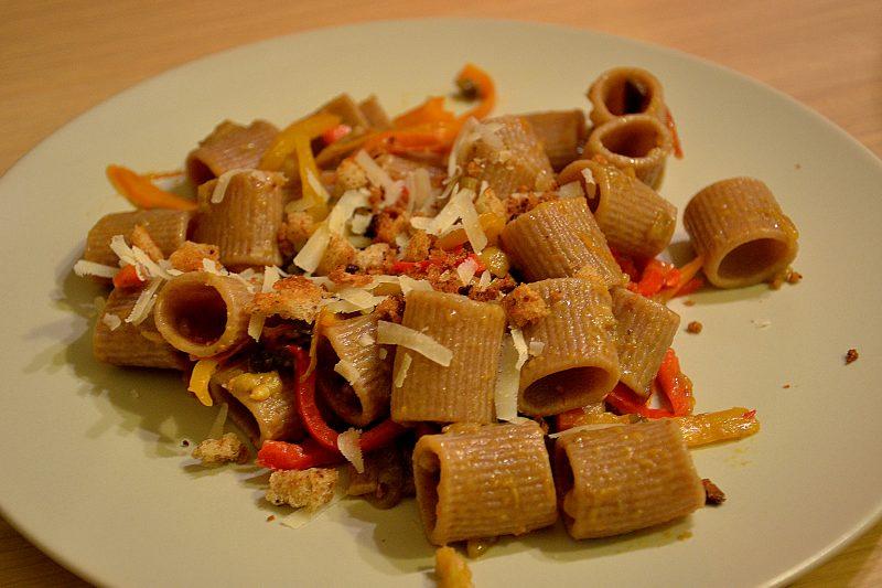 Pasta di farro con verdure e briciole di pane croccanti