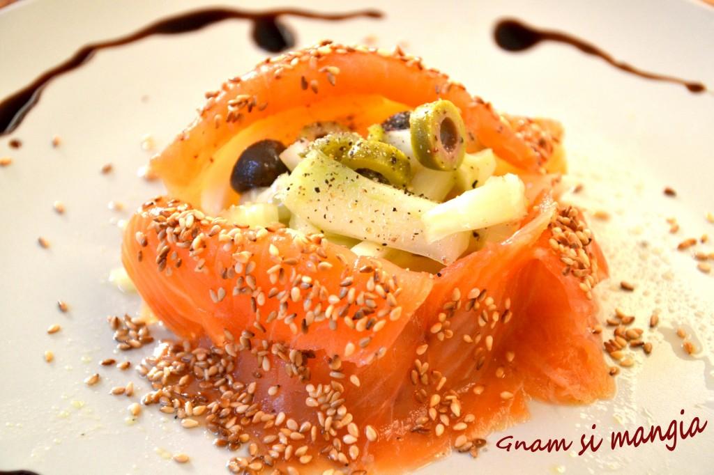 Scrigno di salmone affumicato con miele insalata di finocchi e sesamo tostato